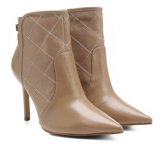 a3d0238f0 Bota Couro Shoestock Bico Fino Curto Matelassê Feminina - Nude ...