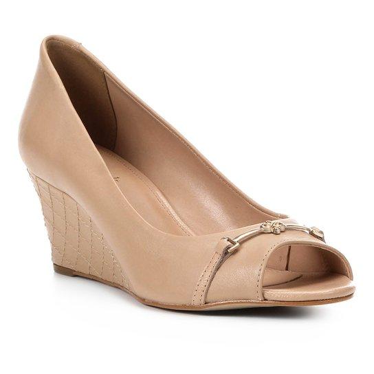 762a162615 Peep Toe Couro Shoestock Anabela New Matelassê - Bege