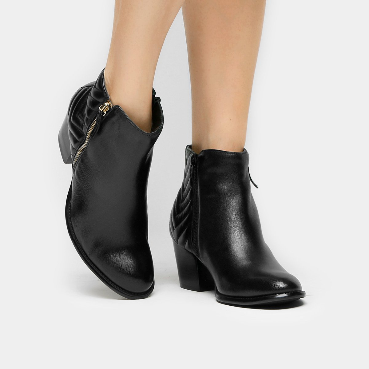 e025d4521e7 Bota Couro Cano Curto Shoestock Matelassê Feminina - Preto - Compre Agora