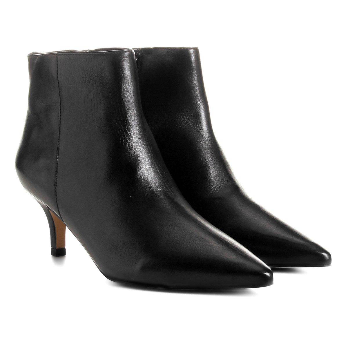 c12f233fe Bota Couro Cano Curto Shoestock Salto Curto Feminina - Preto - Compre Agora