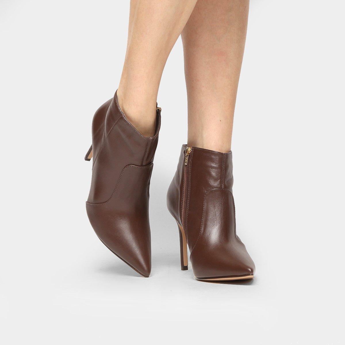 d01bf3b843 Bota Couro Shoestock Curta Salto Fino Feminina - Compre Agora ...