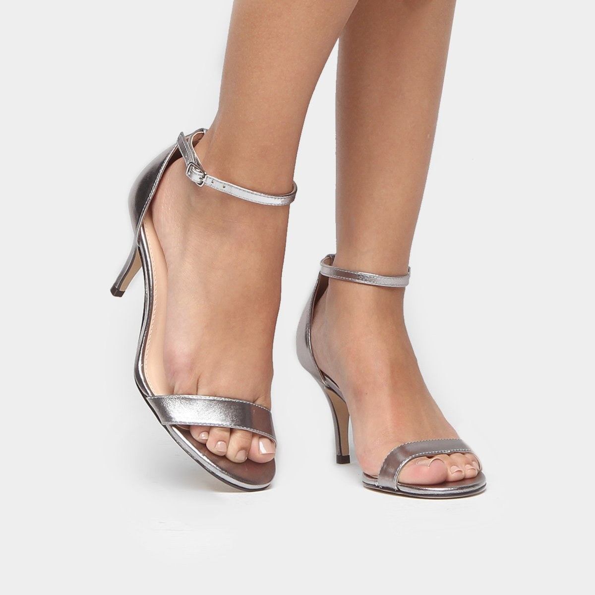 88e858e4e Sandália Couro Shoestock Salto Fino Metalizada Feminina - Prata | Shoestock
