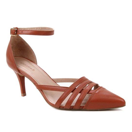 Scarpin Couro Shoestock Bico Fino Tiras E Pulseira - Caramelo